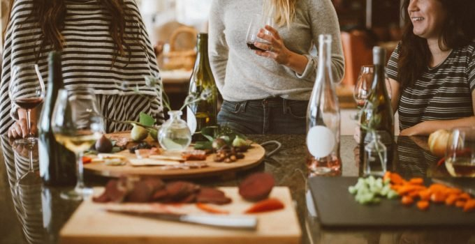 What is proper housewarming party etiquette for both the host and the guest? Here's a complete guide to everything you need to know about housewarming parties.